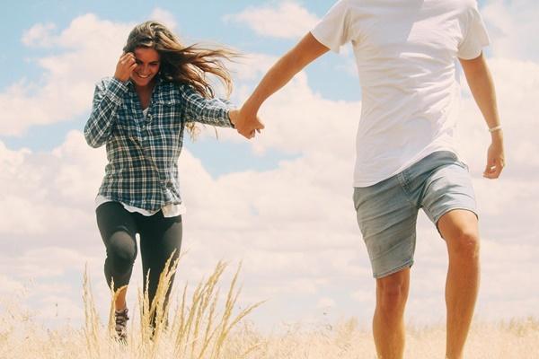 無意識にやってる男性心理!気になる女性への8つの行動