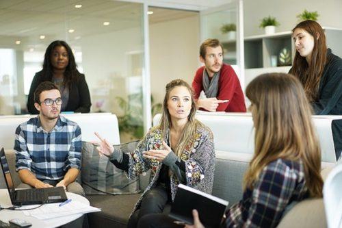 職場の女性からの好意を確実に見極める4つのサイン